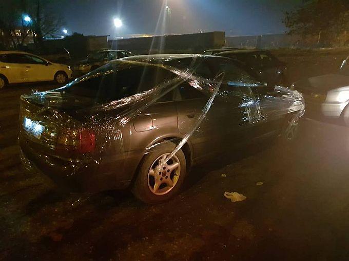 Crtice iz Slavonskog Broda, automobil na Đurinom parkinu večeras umotan u prozirnu foliju