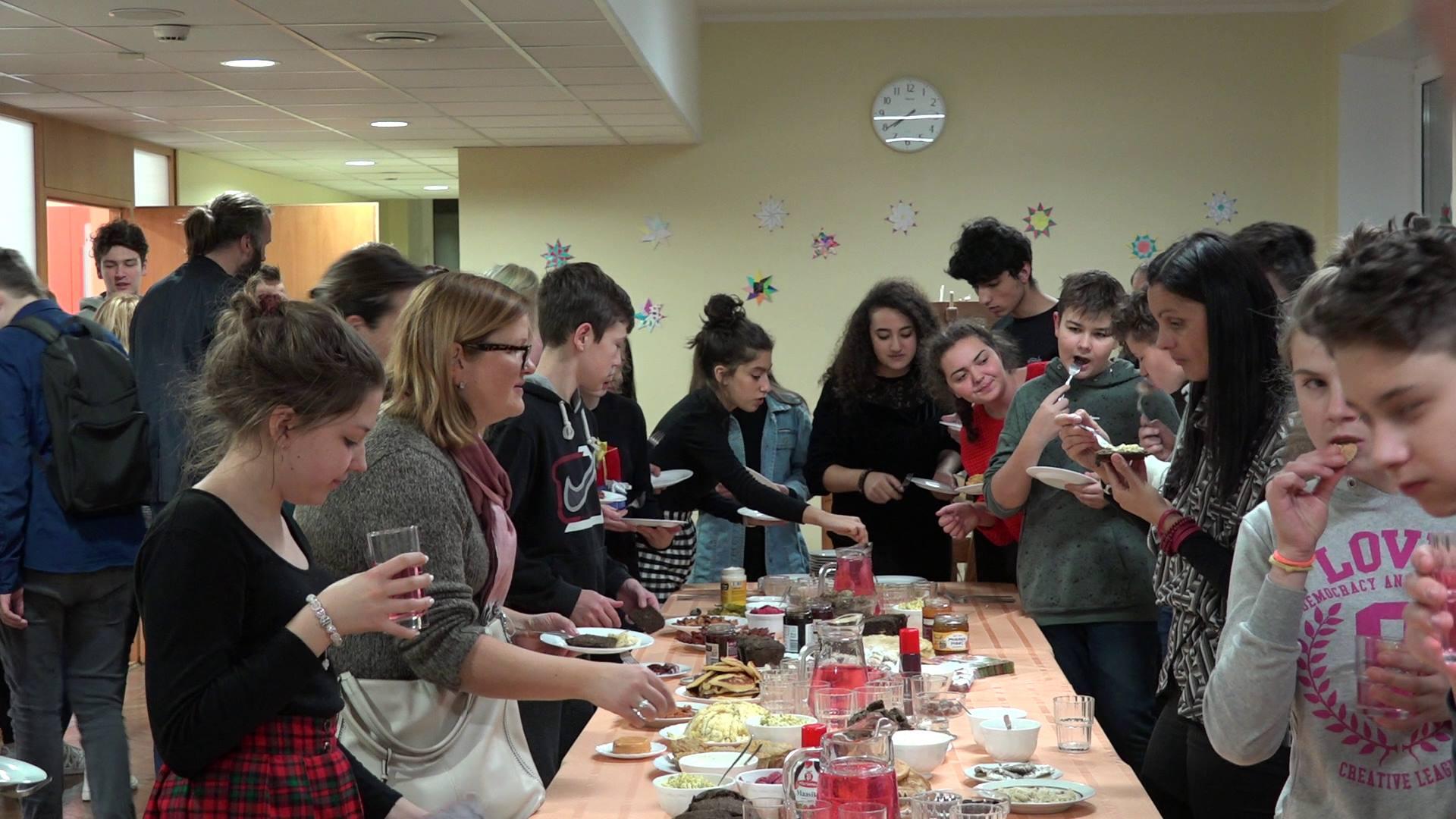 Sedmero brodskih učenika sedmih i osmih razreda u Estoniji, predstavljali nacionalnu kuhinju kroz kemiju, i to se može