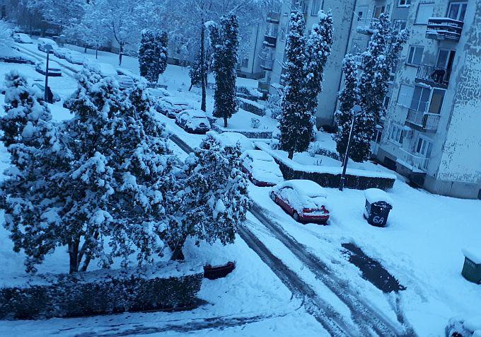 Na autima je preko 20 centimetara snijega, subota donosi prestanak oborina