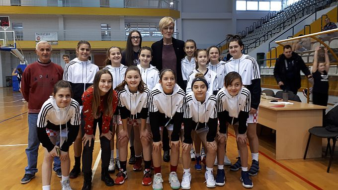 "Stotinjak dječaka i djevojčica u Slavonskom Brodu na tradicionalnom košarkaškom turniru ""Sveti Nikola"""