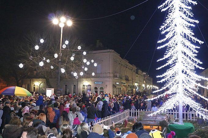 Djed Božićnjak stiže na Korzo s poklonima za najmlađe Brođane
