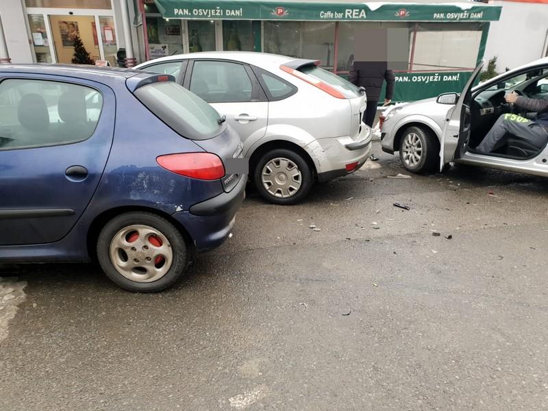 Kad krene, krene, nakon što je skrivio jednu prometnu nesreću vozač osobnog automobila pokosio još tri parkirana auta