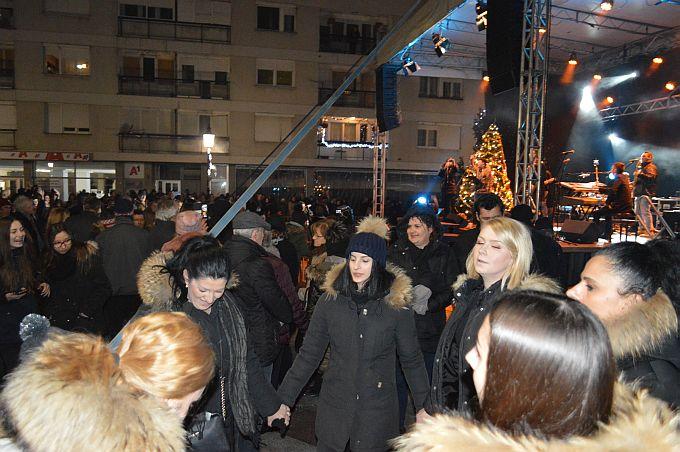 Veseli doček Nove 2019. godine na Korzu, u dobroj atmosferi, plesalo se, pjevalo, uz drage ljude, novogodišnji poljubac, zagrljaj, šampanjac
