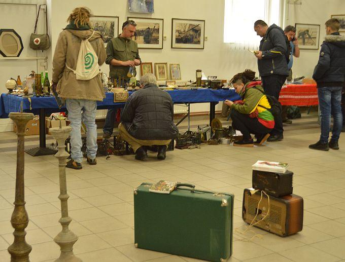 Na sajmu antikviteta danas su Brođani kupovali stare ploče, knjige, nakit, starine od par do nekoliko tisuća kuna