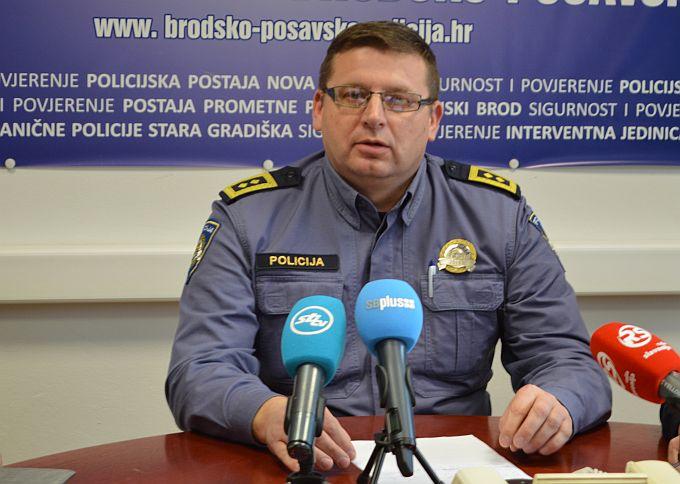U centru Slavonskoga Broda u masovnoj tučnjavi tukli su se sinoć BBB i Torcidaši, bilo ih je oko 130, razbili su usput dva izloga i četiri automobila