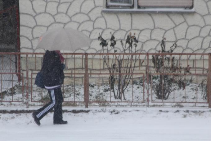 Snijega bi danas moglo napadati do 15 centimetra, ceste su kliske, vozači oprez