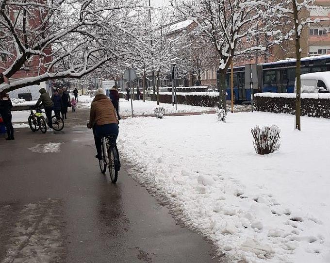 Građani trebaju čistiti snijeg ispred kuća i poslovnih objekata, a tko čisti biciklističke staze u gradu?
