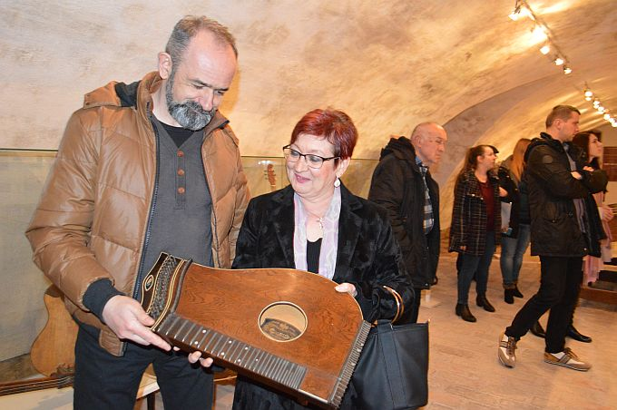 Citru, žičani instrument iz 19. stoljeća, poklonila je Muzeju tambura gospođa Nives Romanjek