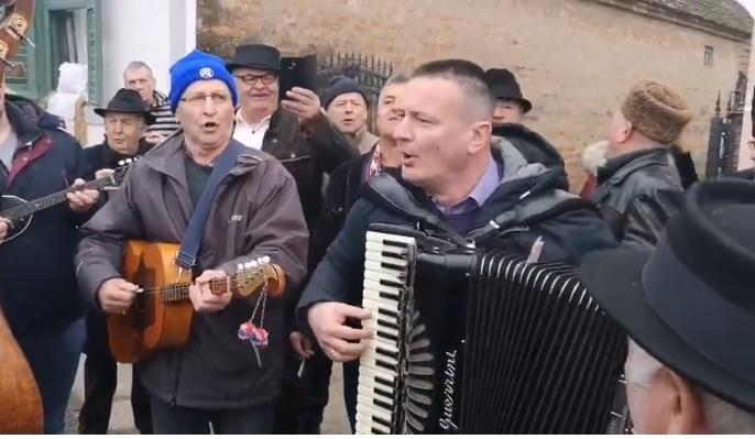 Pokladno jahanje u Kupini, župan Danijel Marušić  zapjevao, zasvirao harmoniku i zaradio koju kunu