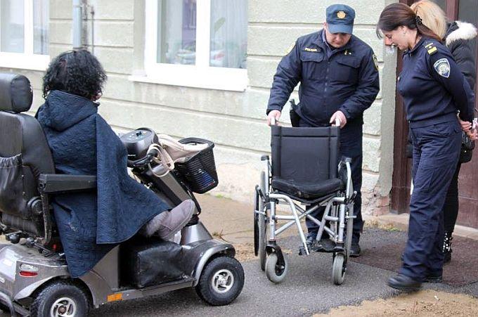 Priča o Kristininim invalidskim kolica je završena, iz zgrade su ih uzela dva mladića, a treći ih je odvezao kući