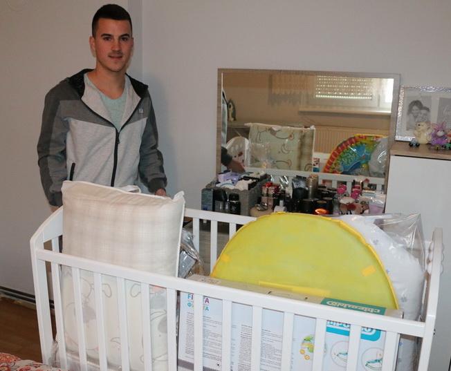 Za prvo dijete u obitelji mladim brodskim roditeljima od Grada stigla velika pomoć, oprema u vrijednosti 5 tisuća kuna