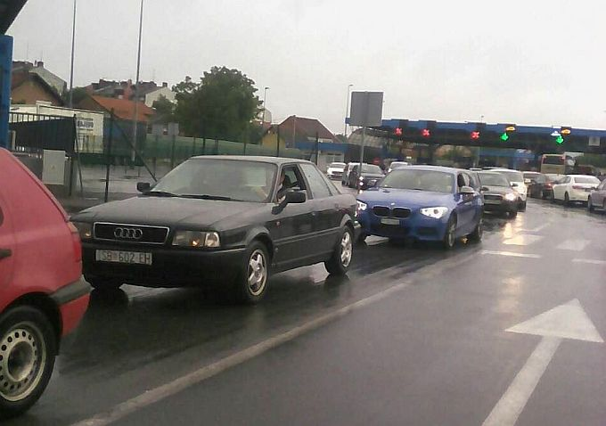Promet se na graničnom prijelazu u Slavonskom Brodu odvija vrlo sporo, gužva se stvorila kao i na većini graničnih prijelaza s BIH