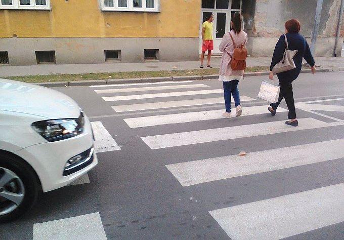 Ovih dana kazne i pješacima, zato ne prelazite preko crvenog svjetla ali ni na mjestima gdje nema pješačkog prijelaza, policija kontrolira