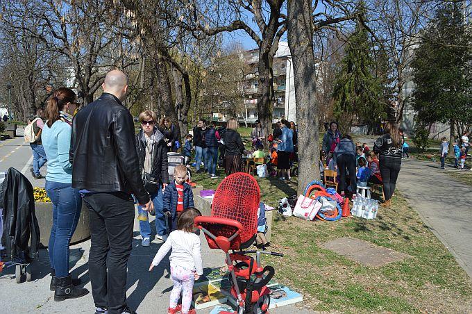 Subotu prijepodne brodski roditelji iskoristili za druženje s djecom u parku kraj Brođanke