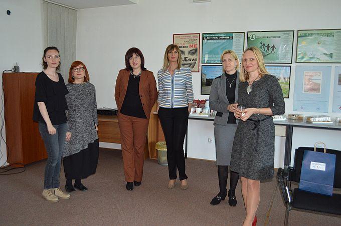 U Brodsko- posavskoj županiji broj ovisnika koji prolaze program resocijalizacije je kontinua, pokušava ih se ponovo uključiti u život zajednice