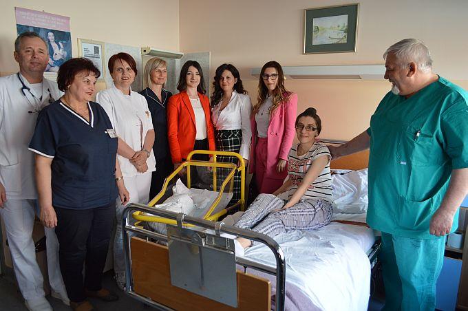 Brodske bebe u novim krevetićima koje je bolnici donirao Rotaract klub, zadovoljne mame, liječnici i članovi kluba