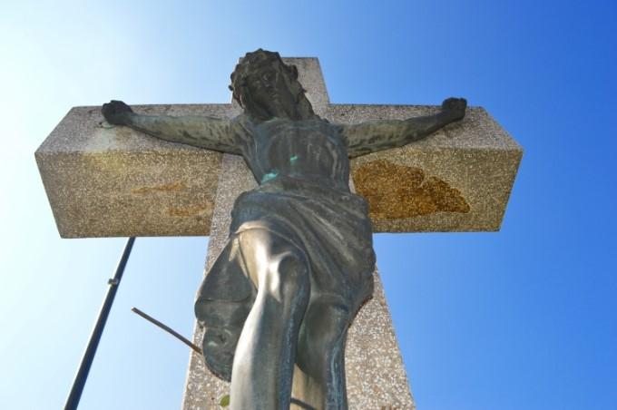 Veliki petak označava spomen na Kristovu smrt,  danas se ne služe svete mise, crkvena zvona ne zvone