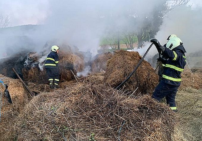 U Sibinju vatrogasci gasili zapaljene bale sijena