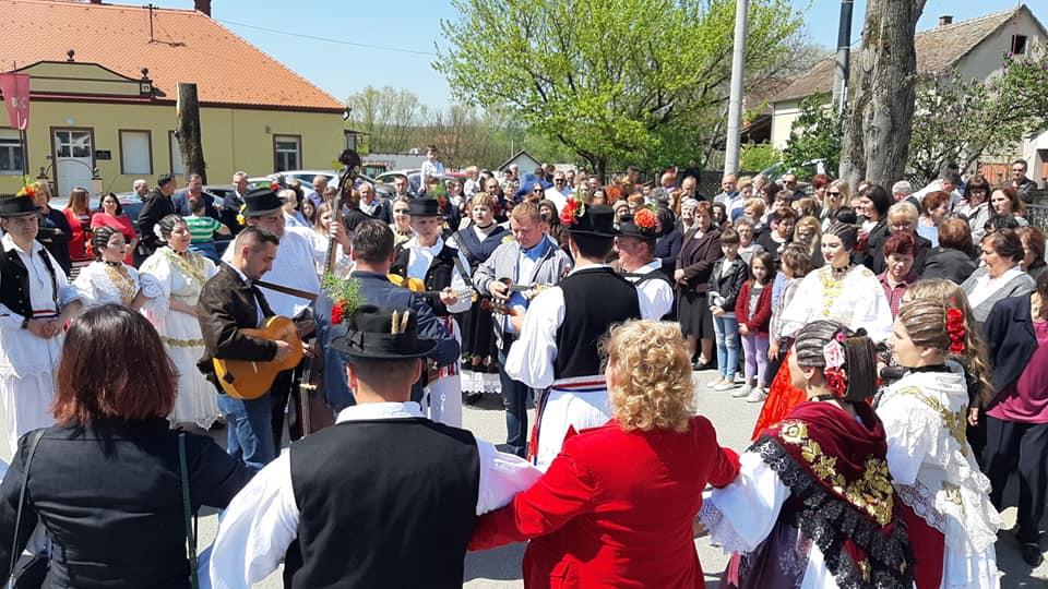 Tradicionalno Uskrsno kolo nakon mise u Podcrkavlju