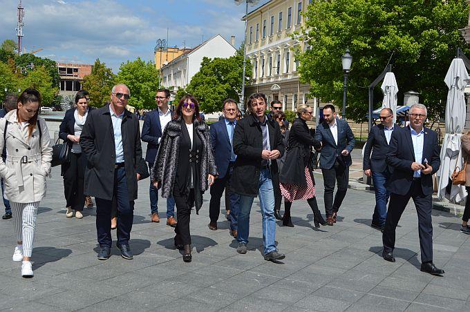Plava skupina kandidata s liste HDZ-a danas u Brodsko- posavskoj županiji, provode se brojni projekti ali kao i u svim ostalim slavonskim županijama prostora ima još