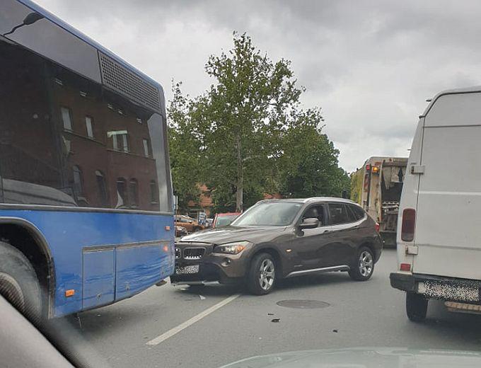 Danas prometna u Štamparevoj, u blizini bolnice, dogodilo se u trenu. Znate li što treba napraviti ako dođe do prometne?