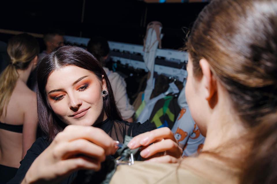 Mlada Brođanka Tena Zovak novo je ime na modnoj sceni, sa svojom diplomskom kolekcijom osvojila je DIPMOD nagradu