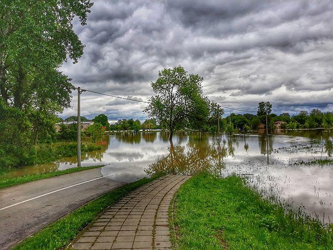 Na Poloj samo s čamcem, vodostaj rijeke Save kod Slavonskog Broda jutros ipak stagnira, dosegnuo je 737 cm