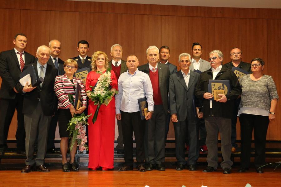 Javna priznanja i nagrade Grada Slavonskog Broda dobili su danas zaslužni građani koji su svojim radom i djelovanjem pridonijeli razvoju i ugledu našega grada