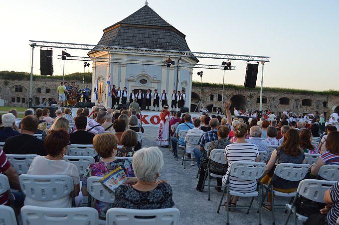 Svečanim koncertom Folklornog anasambla Broda, gostiju iz Karlovca i Šime Jovanovca započeli su središnji programi Brodskog kola, u subotu i nedjelju nastavak