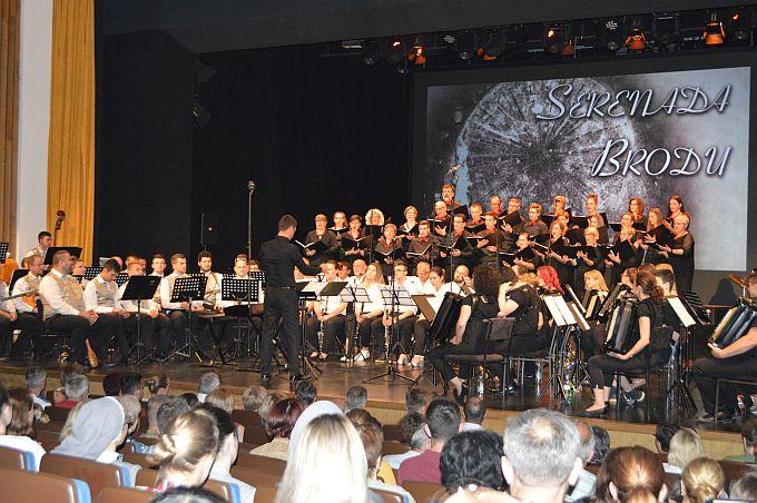 Serenada Brodu uz nastup zbora, harmonikaškog i tamburaškog orkestra te limene glazbe koja priprema i pravi plesnjak na Korzu