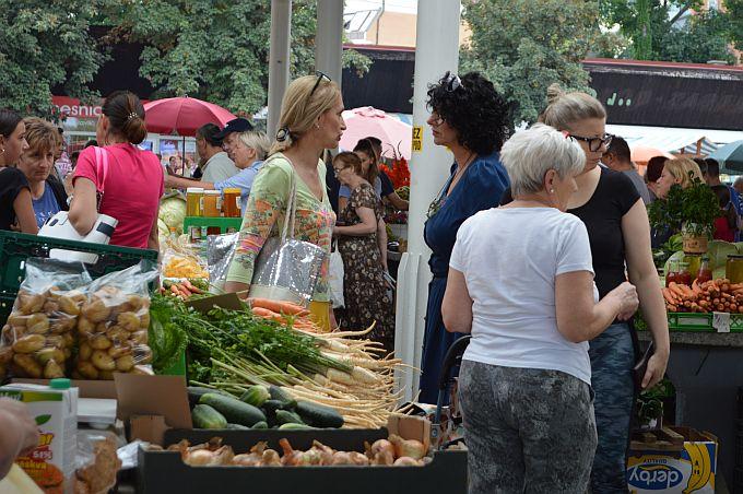 Subota na brodskoj tržnici, obavezna kupovina domaćeg voća i povrća za nedjeljni ručak i sljedeći tjedan, ali i susreti s poznanicima ili prijateljima