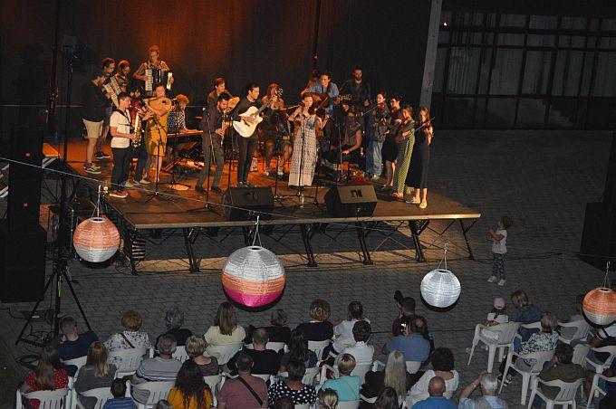 """Uvijek se rado vraćaju brodskoj publici, mladi, veseli glazbenici s tri kontinenta okupljeni u """"Ethno Croatia on the Road"""""""