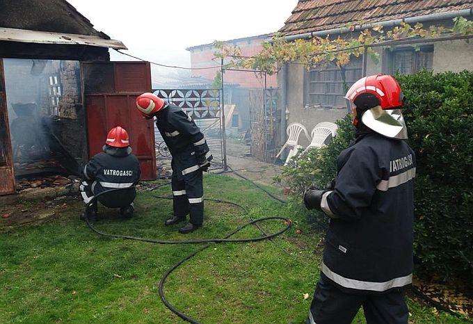 Unatoč intervenciji vatrogasaca, u požaru su u potpunosti izgorjeli garaža i osobni automobil