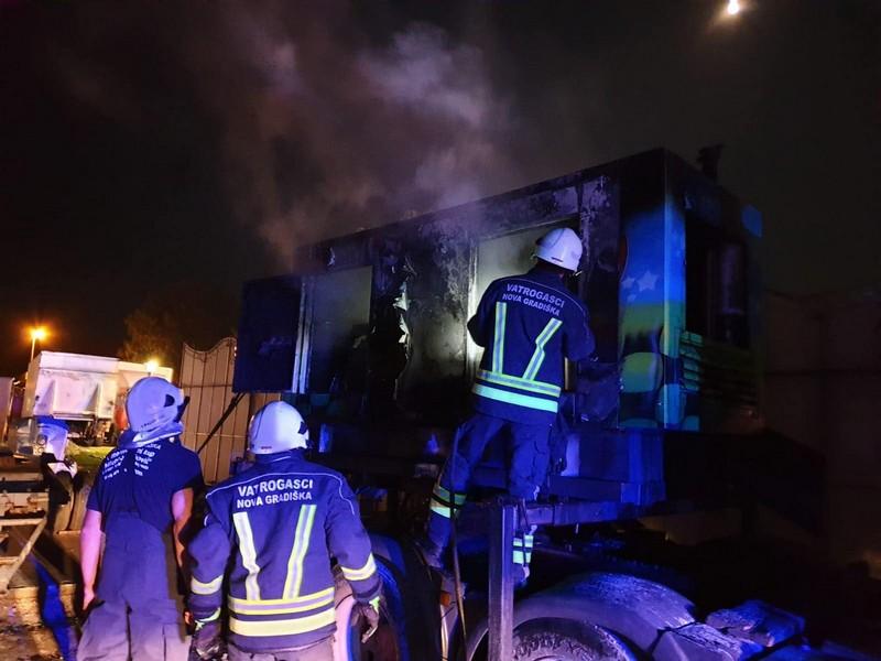 Dok je trajala fešta na NG ljetu, u neposrednoj blizini pozornice zapalio se kamion