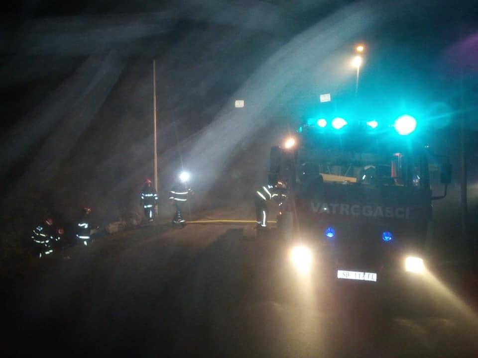 U Starom Topolju dogodila se prometna u kojoj se prilikom slijetanja s ceste auto zapalio, nitko sva sreća nije stradao