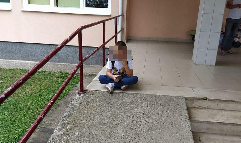 Fotografija dječaka iz brodske škole rastužila je i naljutila javnost, kao prvašić krenuo je u školu bez asistenta, oglasio se i grad kao osnivač škole
