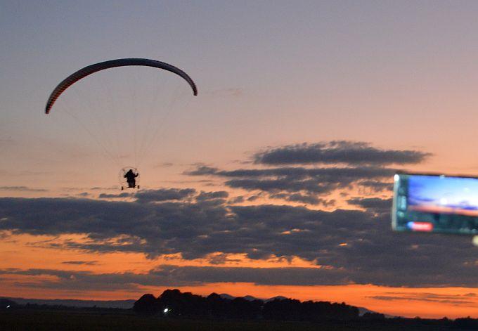 Paraglajderi su letjeli iznad Slavonskog Broda, sutra nastavljaju put Nove Gradiške