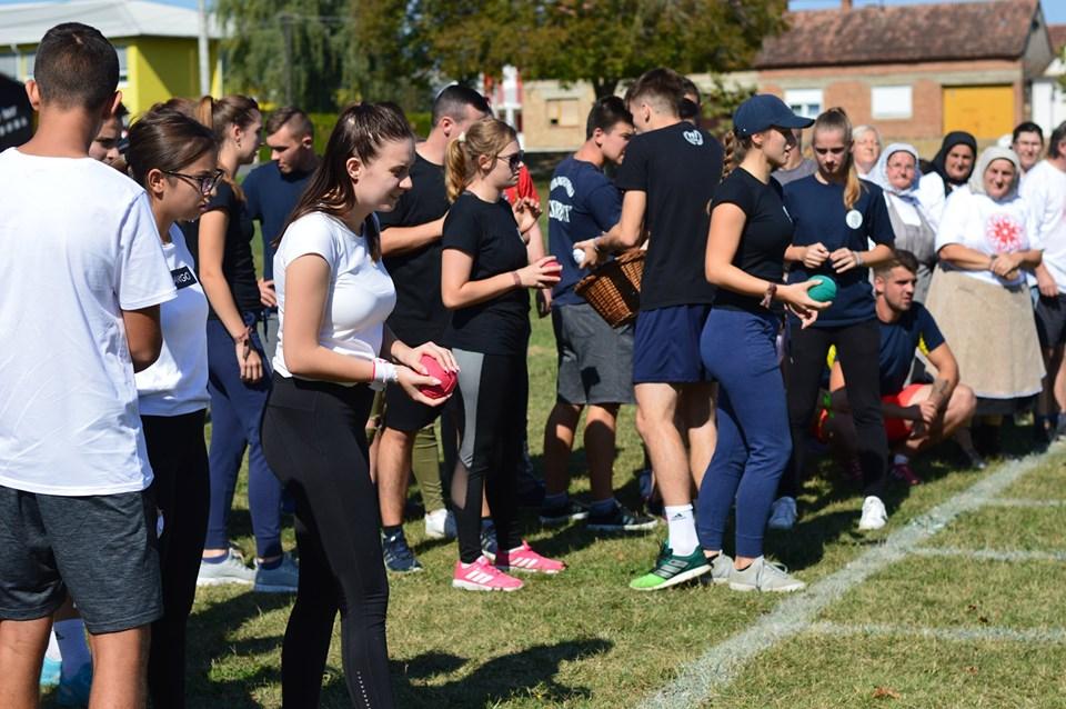 Na natjecanju u starim sportskim disciplinama bilo je veselo, u Sikirevcima se trunio kukuruz, skakalo u vreći, bacala potkova...