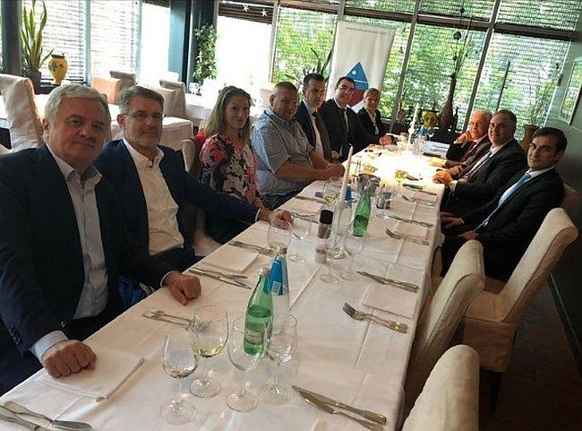 Potpisivanje ugovora o izgradnji pristupnih cesta Pelješkome mostu danas se proslavilo na radnom ručku, obavljeni su i posljednji dogovori pred početak radova  PZC grupe (Konstruktor plana) i grčke tvrtke AVAX SA