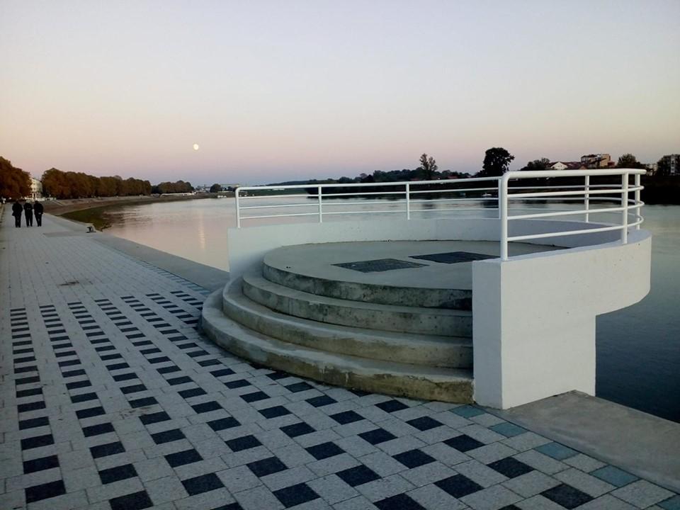 Imamo jednu od najdužih riječnih šetnica, gotovo 2,5 kilometara od bazena do mosta