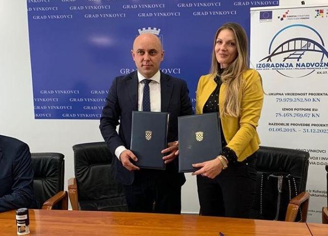 Nema stajanja za PZC grupu, direktorica Sandra Opačak potpisala veliki ugovor s vinkovačkim gradonačelnikom, brodska tvrtka radit će i nadvožnjak u Borincima