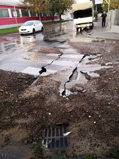 U jutarnjim satima poplavljeno križanje u Malom Parizu, kada se voda nakon zatvaranja povukla na popucanom asfaltu ostala je velika količina šljunka