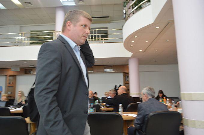 Danas su sjednicu Županijske skupštine napustili SDP-ovi vijećnici,  zbog Đure Đaković, kažu: Ubiše Đuru Đakovića, ubiše i demokraciju!