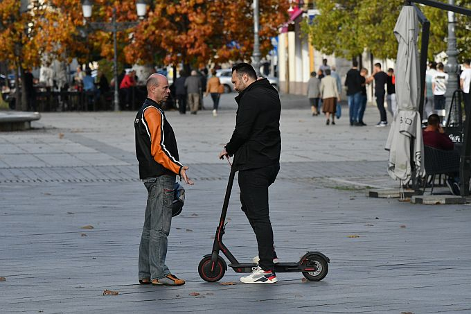 Saborskog zastupnika Marka Šimića mogli smo danas vidjeti na električnom romobilu, ali ni on niti jedan od naših saborskih nema neopravdani izostanak u listopadu