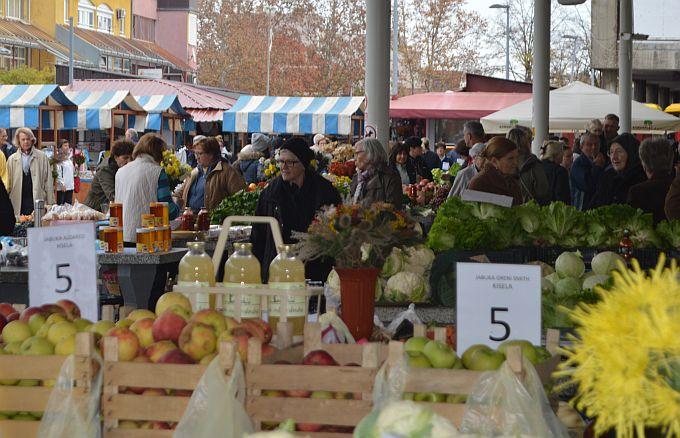 Na Gradskoj tržnici danas živahno, puno ljudi, cijene prihvatljive