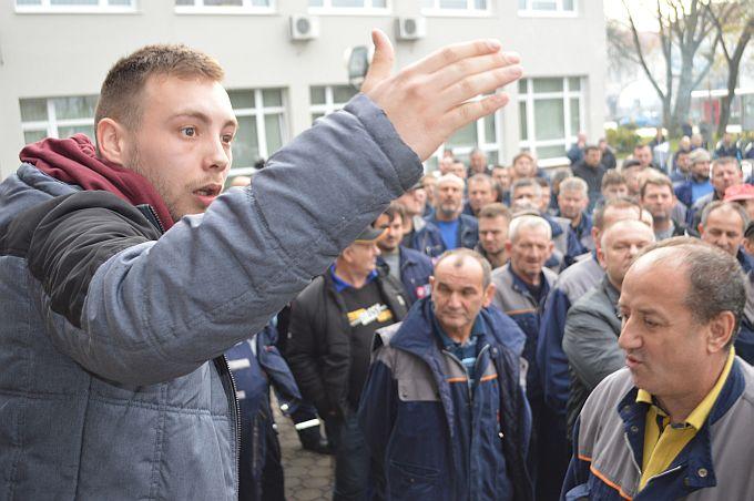Radnici Đure u štrajku došli pred županiju, podržali ih učitelji, mladić poručuje: Uzeli ste mi mladost, prijatelje, plaću