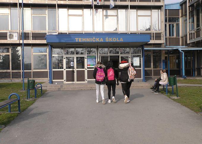 Tehnička škola u Slavonskom Brodu za razliku od ostalih srednjih ima redovitu nastavu, neke imaju djelomičnu, neke slave godišnjicu, osnovne škole sve su u štrajku