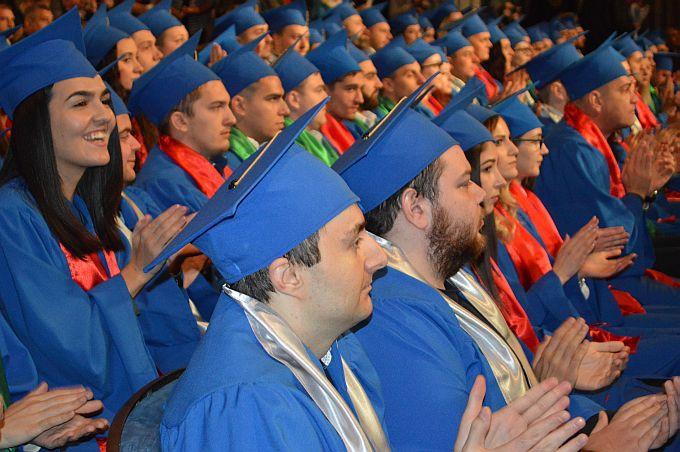 Studenti Veleučilišta s diplomama u rukama, neki od njih veće rade, drugi su nastavili sa školovanjem, treći kreću u potragu za poslom i čini se da s tim neće imati problema