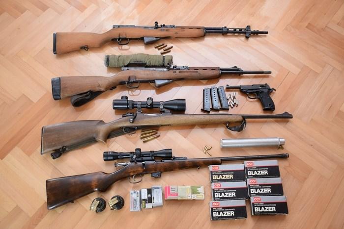 Na području općine Garčin policija je temeljem naloga pretresla kuću i pronašla mali arsenal oružja