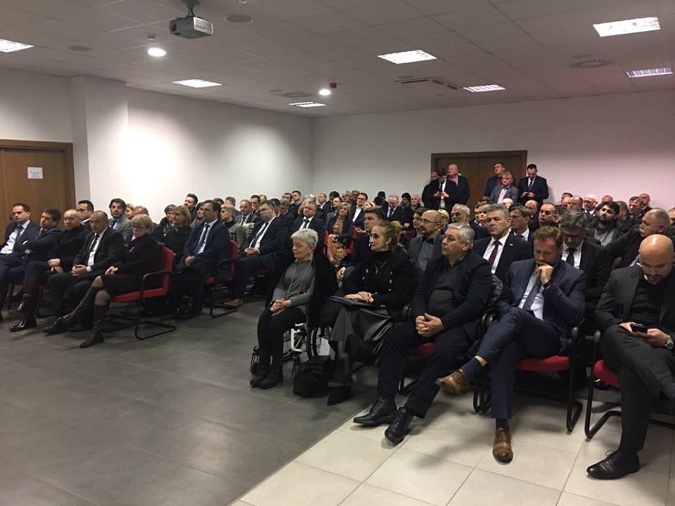 U Slavonskom Brodu održana radna sjednica HDZ-ova Kluba zastupnika, na jednom mjestu ministri, saborski zastupnici, predsjednici organizacija, načelnici...